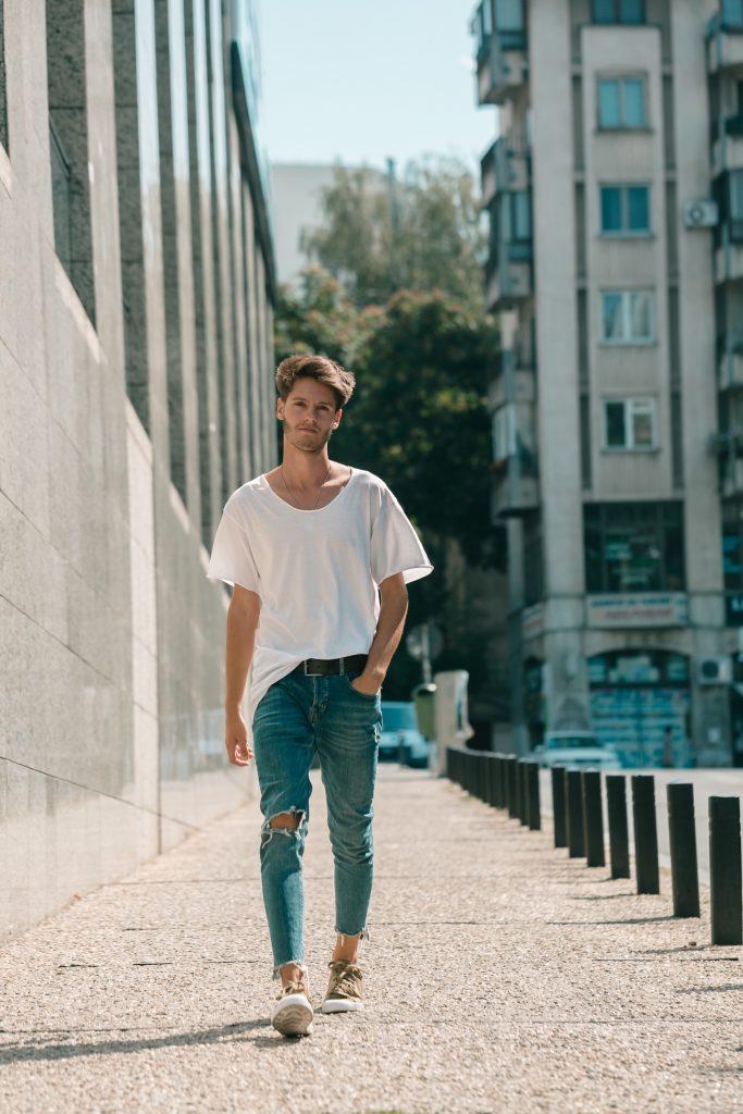 1.สไตล์การแต่งตัวเสื้อยืดสีพื้นกับกางเกงยีนส์